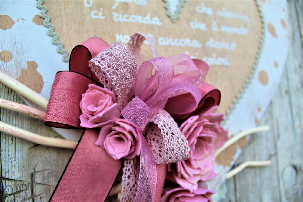 Cuore-in-legno-shabby-fiori-rosa-dettaglio