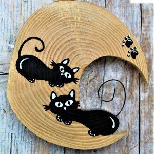 luna-in-legno-coppia-gatti-distesi-svegli-fronte