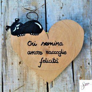 cuore-in-legno-dipinto-a-mano-cane-che-dorme