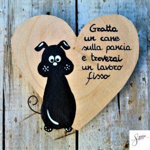 cuore-in-legno-dipinto-a-mano-cane-seduto