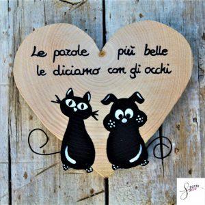 cuore-in-legno-dipinto-a-mano-coppia-cane-gatto-seduti