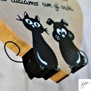 cuore-in-legno-dipinto-a-mano-coppia-cane-gatto-seduti-dettaglio2