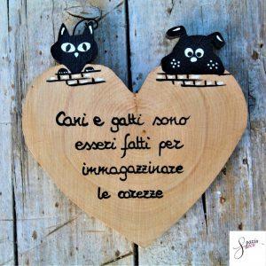 cuore-in-legno-dipinto-a-mano-coppia-cane-gatto-sul-muretto