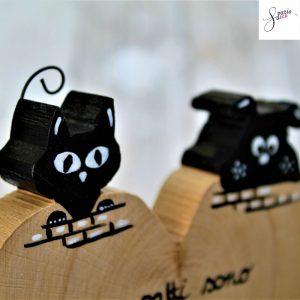 cuore-in-legno-dipinto-a-mano-coppia-cane-gatto-sul-muretto-dettaglio