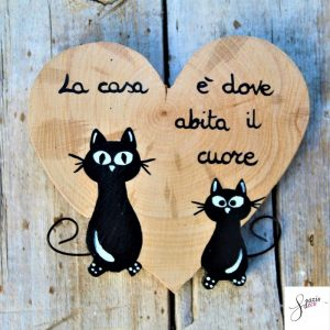 cuore-in-legno-dipinto-a-mano-coppia-gatti-seduti
