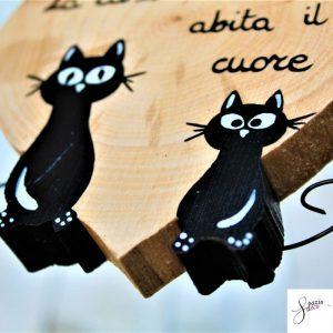 cuore-in-legno-dipinto-a-mano-coppia-gatti-seduti-dettaglio