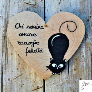 cuore-in-legno-dipinto-a-mano-gatto-agguato