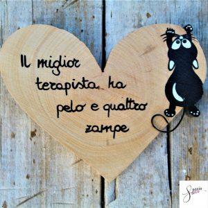 cuore-in-legno-dipinto-a-mano-gatto-appeso