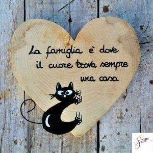 cuore-in-legno-dipinto-a-mano-gatto-arrampicato