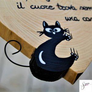 cuore-in-legno-dipinto-a-mano-gatto-arrampicato-dettaglio