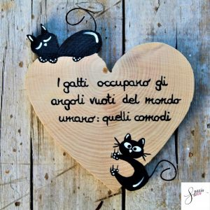 cuore-in-legno-dipinto-a-mano-gatto-arrampicato-gatto-che-dorme