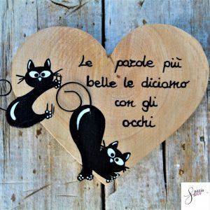 cuore-in-legno-dipinto-a-mano-gatto-arrampicato-gatto-che-si-stiracchia