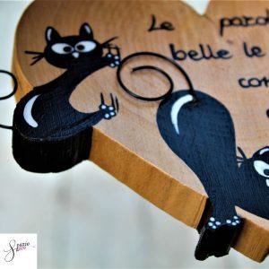 cuore-in-legno-dipinto-a-mano-gatto-arrampicato-gatto-che-si-stiracchia-dettaglio