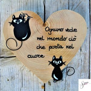 cuore-in-legno-dipinto-a-mano-gatto-seduto-gatto-arrampicato