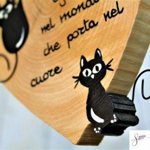 cuore-in-legno-dipinto-a-mano-gatto-seduto-gatto-arrampicato-dettaglio