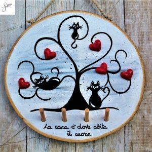 appendi-chiavi-legno-dipinto-a-mano-albero-della-vita-gatti-base-grigia