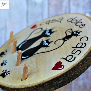 appendi-chiavi-legno-dipinto-a-mano-casa-dolce-casa-famiglia-gatti-dettaglio2