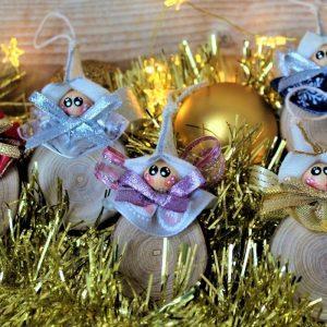 Folletti natalizi su fetta di legno
