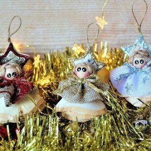 Folletti natalizi su truciolo di legno