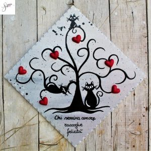 targhetta-legno-dipinta-a-mano-albero-della-vita-grigio-cuori-rossi-ceramica-gatti-20x20cm