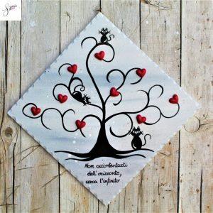 targhetta-legno-dipinta-a-mano-albero-della-vita-grigio-cuori-rossi-ceramica-gatti-25x25cm