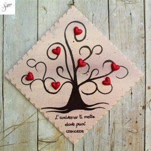 targhetta-legno-dipinta-a-mano-albero-della-vita-marrone-cuori-rossi-ceramica-20x20cm