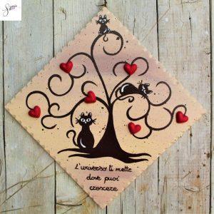 targhetta-legno-dipinta-a-mano-albero-della-vita-marrone-cuori-rossi-ceramica-gatti-20x20cm