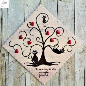 targhetta-legno-dipinta-a-mano-albero-della-vita-marrone-cuori-rossi-ceramica-gatti-25x25cm