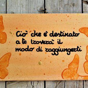 targhetta-legno-dipinta-a-mano-farfalle-arancio-aforisma-13x25cm