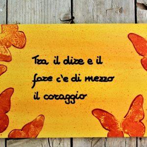 targhetta-legno-dipinta-a-mano-farfalle-arancio-aforisma-13x25cm-v2