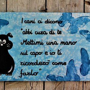 targhetta-legno-dipinta-a-mano-farfalle-blu-cane-13x25cm