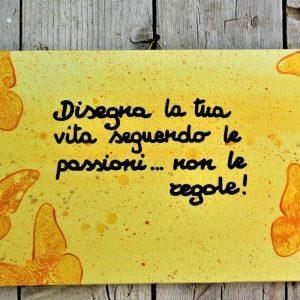 targhetta-legno-dipinta-a-mano-farfalle-gialle-aforisma-13x25cm