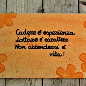 targhetta-legno-dipinta-a-mano-fiori-arancio-aforisma-13x25cm-v2