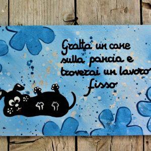 targhetta-legno-dipinta-a-mano-fiori-blu-cane-13x25cm