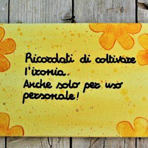 targhetta-legno-dipinta-a-mano-fiori-gialli-aforisma-13x25cm