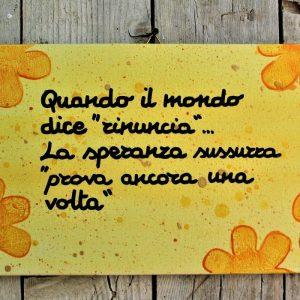 targhetta-legno-dipinta-a-mano-fiori-gialli-aforisma-13x25cm-v2