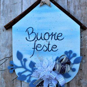 targhetta-legno-dipinta-a-mano-fiori-panno-lenci-buone-feste-azzurro