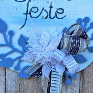 targhetta-legno-dipinta-a-mano-fiori-panno-lenci-buone-feste-azzurro-dettaglio