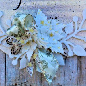 targhetta-legno-dipinta-a-mano-fiori-panno-lenci-buone-feste-marrone-dettaglio