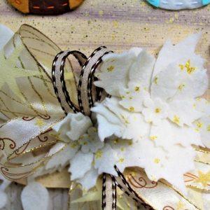 targhetta-legno-dipinta-a-mano-fiori-panno-lenci-presepio-dettaglio