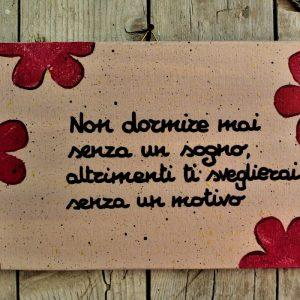 targhetta-legno-dipinta-a-mano-fiori-rossi-aforisma-13x25cm