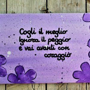 targhetta-legno-dipinta-a-mano-fiori-viola-aforisma-13x25cm