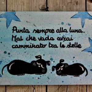 targhetta-legno-dipinta-a-mano-stelle-blu-cani-13x25cm