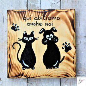 targhetta-legno-quadrata-dipinta-a-mano-coppia-cane-gatto-seduti