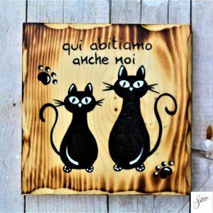 targhetta-legno-quadrata-dipinta-a-mano-coppia-gatti-seduti
