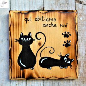 targhetta-legno-quadrata-dipinta-a-mano-coppia-gatti-seduto-disteso