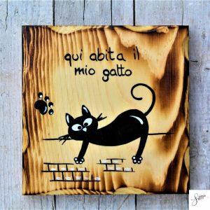 targhetta-legno-quadrata-dipinta-a-mano-gatto-cavalcioni