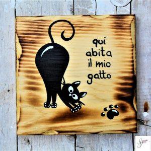 targhetta-legno-quadrata-dipinta-a-mano-gatto-che-si-stiracchia