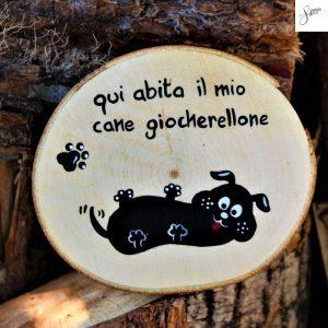 targhetta-legno-rotonda-dipinta-a-mano-cane-coccolone