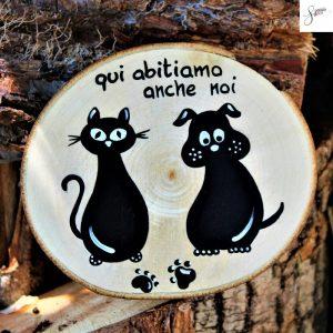 targhetta-legno-rotonda-dipinta-a-mano-coppia-cane-gatto-seduti